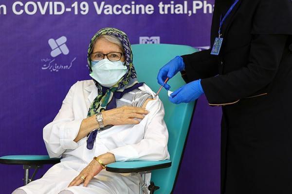 (ویدئو) تزریق واکسن ایرانی کرونا به مینو محرز