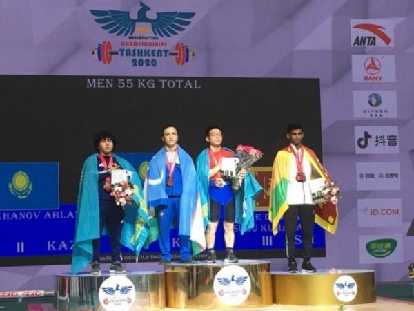 (عکس) تبدیل جایزه وزنه برداری قهرمانی آسیا از چای ساز به لباس!